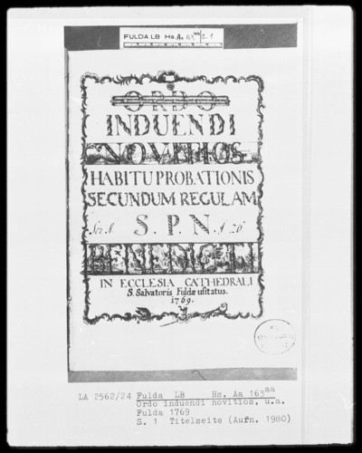 Ordo induendi novitios und anderes — Titelblatt mit Landschaftsbild, Kloster und Szene in einer Kirche mit Mönchen, Folio 10recto