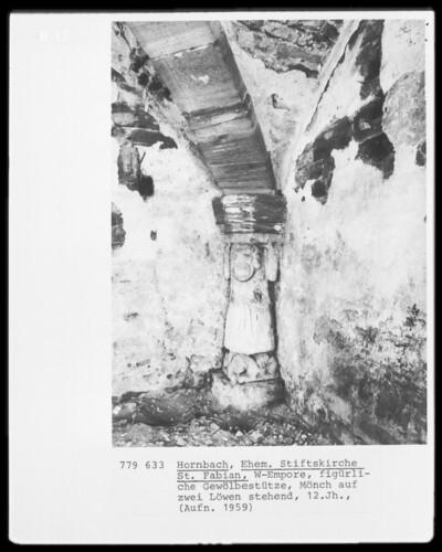 Figürliche Gewölbestütze (Mönch auf zwei Löwen stehend)