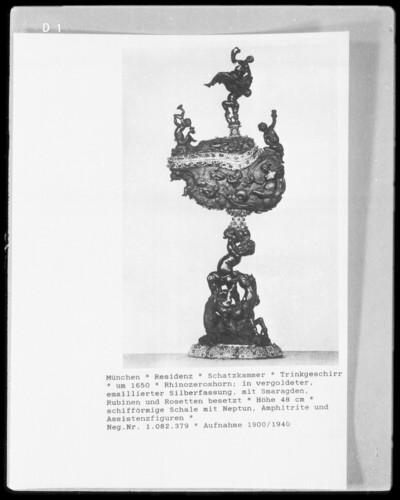 schiffförmige Schale mit Neptun , Amphitrite und Assistenzfiguren
