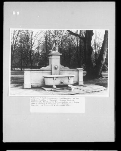 Brunnenwände mit Musen — Brunnen mit Euterpe