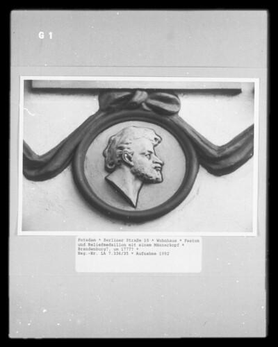Feston und Reliefmedaillon mit einem Männerkopf