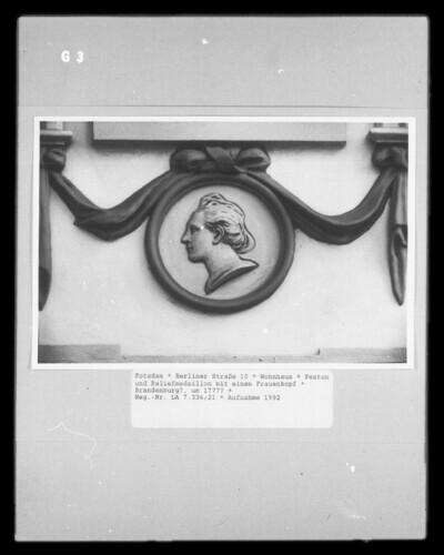 Feston und Reliefmedaillon mit einem Frauenkopf