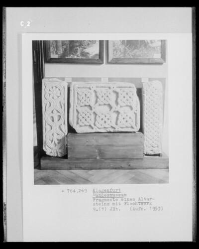 Fragmente eines Altarsteines mit Flechtwerk