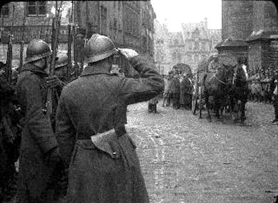 Un avion allemand lance des bombes sur Amiens