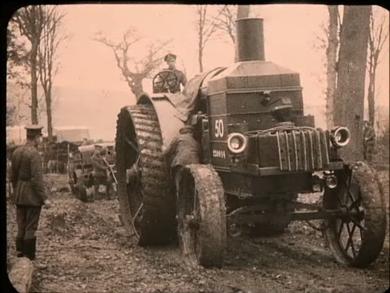 Ravitaillement d'un obusier à l'aide de tracteurs à vapeur
