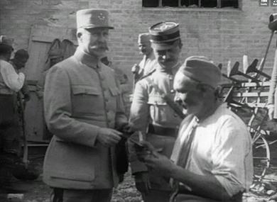 Le général Pétain visite les armées et  reçoit la médaille militaire.