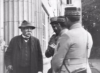 Clemenceau visitant l'ancien champ de bataille du Plémont dans l'Oise, mai 1918