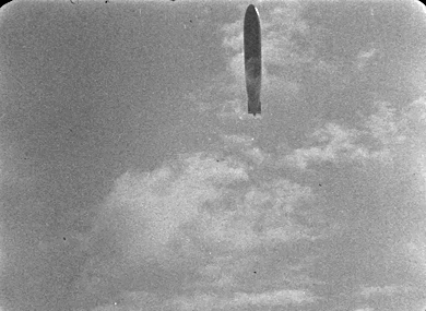 Le Zeppelin L 72 au-dessus de Paris