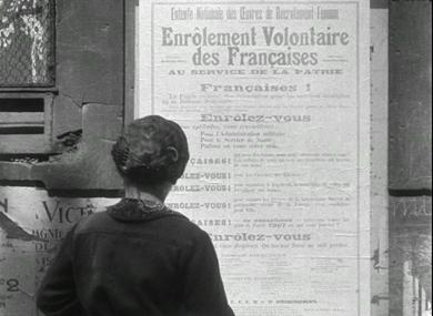 Rue du quartier latin (?), affiches du Sénat et d'enrôlement des femmes