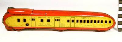 Treinstel met locomotief en wagon aan een stuk