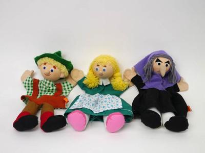 Acht sprookjesfiguren als poppenkastpop. Hans, Grietje, heks, Roodkapje, oma, wolf, prins en prinses