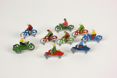 Lego bomen, fietsers, brommers, garage, vlaggen, verkeersborden, lantaarnpalen, benzinepomp etc.