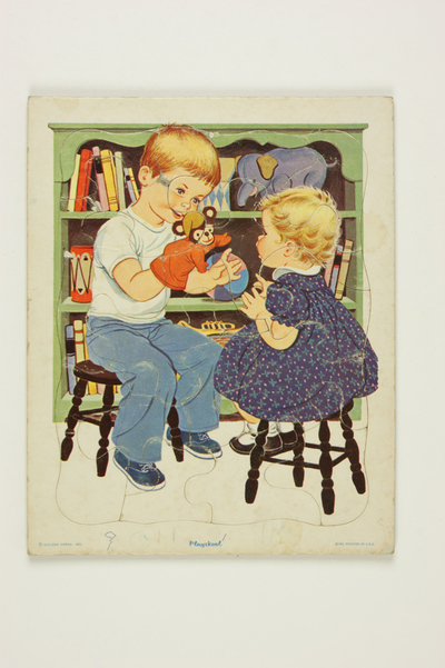 Puzzel Little Sister, jongen speelt met handpop voor klein meisje op een kruk