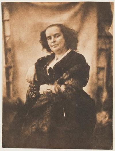 tirage photographique ; Madame Victor Hugo assise, à l'intérieur de la serre de Marine Terrace