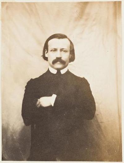 tirage photographique ; Paul Meurice, de face, les bras croisés
