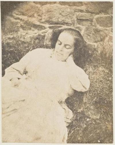tirage photographique ; Madame Victor Hugo, allongée dans l'herbe