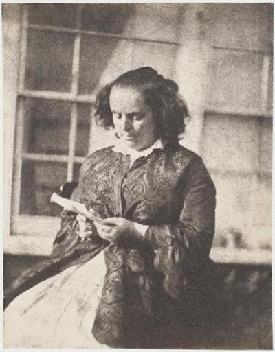 tirage photographique ; Madame Victor Hugo lisant, devant la serre de Marine Terrace