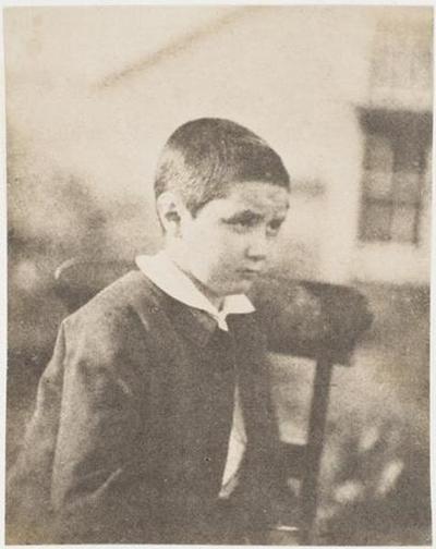 tirage photographique ; Adotic Le Flô assis, de profil