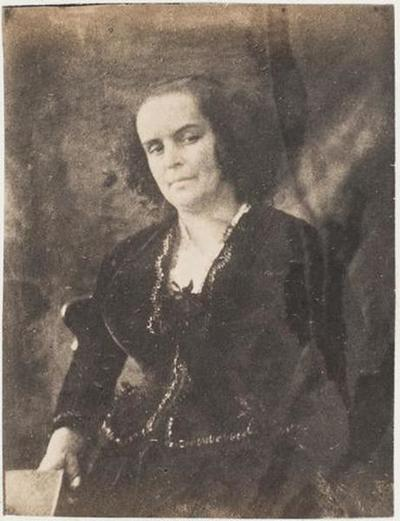 tirage photographique ; Madame Victor Hugo debout, un livre dans la main droite