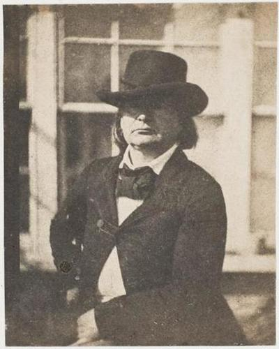 tirage photographique ; Victor Hugo coiffé d'un chapeau, devant la serre de Marine Terrace