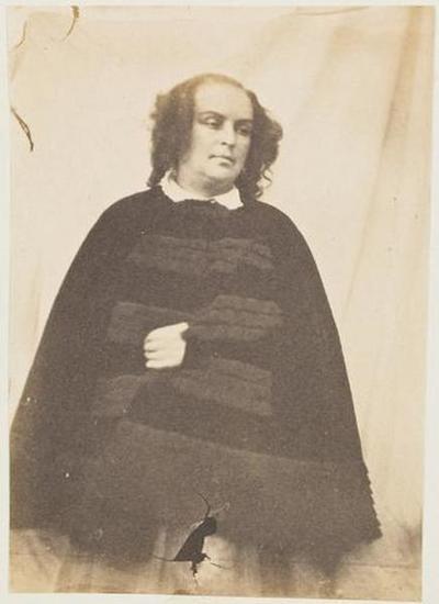 tirage photographique ; Madame Victor Hugo en cape de velours noir, la main gauche sortant