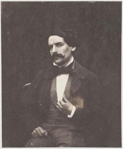 tirage photographique ; François-Victor Hugo assis, de face, la main gauche au revers de son gilet