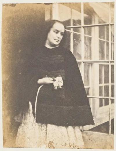 tirage photographique ; Madame Victor Hugo en cape noire à la porte de la serre de Marine Terrace