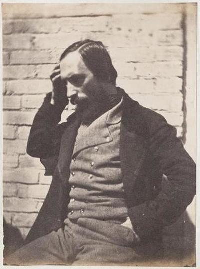 tirage photographique ; Autoportrait assis devant un mur, la main droite à la tempe