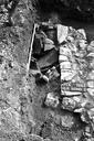 Vue rapprochée du sondage 2 : structures d'habitat, avec dolium en place à l'extérieur du mur 1 (sondages exploratoires sous la direction de M. Moliner) (La Grande Pièce, Flassans-sur-Issole, Var).