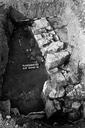 Vue générale du sondage 16, surface 3 : sol de terre battue et deux murs perpendiculaires (sondages exploratoires sous la direction de M. Moliner) (La Grande Pièce, Flassans-sur-Issole, Var).