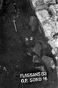 Vue détaillée du sondage 16, surface 3 : sol de terre battue et deux murs perpendiculaires (sondages exploratoires sous la direction de M. Moliner) (La Grande Pièce, Flassans-sur-Issole, Var).