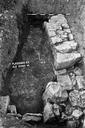 Vue rapprochée du sondage 16, surface 4 : sol bétonné et deux murs perpendiculaires (sondages exploratoires sous la direction de M. Moliner) (La Grande Pièce, Flassans-sur-Issole, Var).
