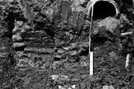 Vue rapprochée de l'extrémité est de la tranchée, rue de La Tourrache ; ensemble de murs, paroi est. Recherches effectuées dans les riches déblais découverts lors de la construction d'une résidence (L'Argentière, Fréjus, Var).