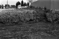 Vue de détail de la fosse d'argile des fondations du bâtiment n° 3 : paroi nord-ouest. Recherches effectuées dans les riches déblais découverts lors de la construction d'une résidence (L'Argentière, Fréjus, Var).