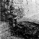 Vue détaillée de la quatrième arcature, travée RQ, mur sud et sol au niveau du dernier ressaut des maçonneries (fouille Claude Varoqueaux) (Amphithéâtre, Fréjus, Var).