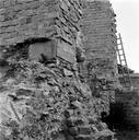 Vue rapprochée d'un bloc mouluré pris dans la maçonnerie de la 3ème travée (fouille Claude Varoqueaux) (Amphithéâtre, Fréjus, Var).