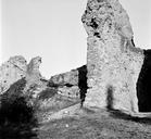 Vue partielle de la partie sud de l'édifice en 1973 : murs rayonnants assurant l'ancrage du monument tout en recevant, dans la partie supérieure, un système de voûtes rampantes. L'aménagement de ces voûtes dans l'entre-deux des murs rayonnants permettait le passage d'escaliers (Amphithéâtre, Fréjus, Var).