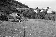 Vue générale des arches de l'aqueduc, construites en rhyolite, grès rouge et grès vert (Gargalon, Fréjus, Var).