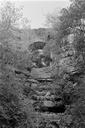 Vue de face : le pont, reconstruit au XIXe s. sur l'emplacement de l'arche originale, traversant le vallon en aval de la Roche-Taillée (Les Ambus, Mons, Var).