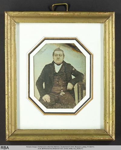 Portrait eines sitzenden Mannes