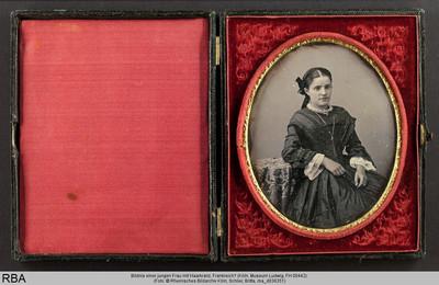 Bildnis einer jungen Frau mit Haarkranz