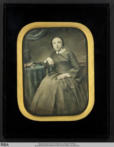 Sitzende junge Frau