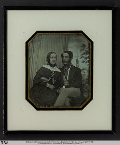 Bildnis eines Ehepaares vor gemaltem Hintergrund