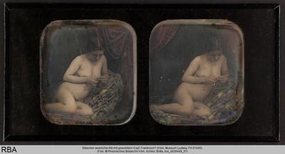 Sitzender weiblicher Akt mit gesenktem Kopf