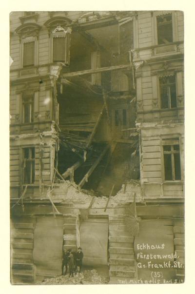 Eckhaus Fürstenwald, Gr. Frankf. Str.; Kinder vor einem in den Märzkämpfen zerstörten Gebäude