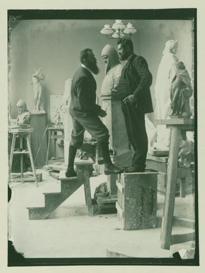 Heinrich Zille steht August Kraus Modell für die Büste des Ritters Wedigo von Plotho