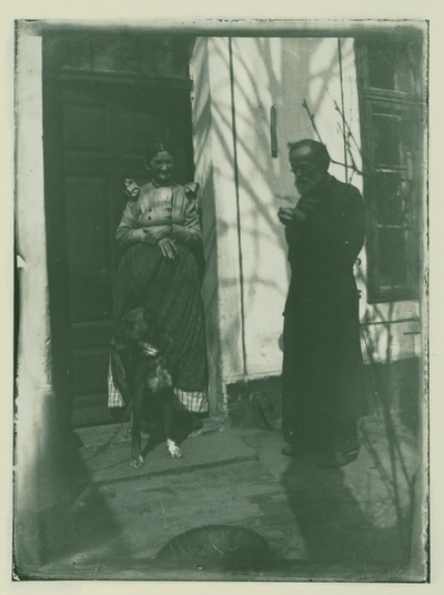 Johann Traugott und Erenstine Louise Zille mit Hund neben dem Eingang ihres Hauses in Rummelsburg