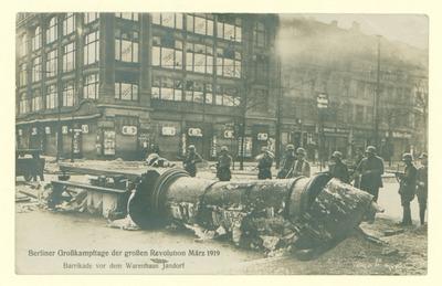 Berliner Großkampftage der großen Revolution März 1919. Barrikade vor dem Warenhaus Jandorf.; umgeworfene Litfaßsäule
