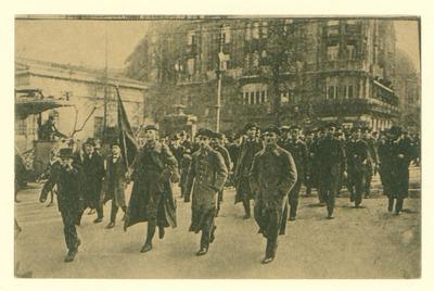 Eine Kompanie Soldaten, im Vordergrund ein Soldat mit roter Fahne, stellt sich dem Arbeiter- und Soldatenrat zur Verfügung. 09.11.18.