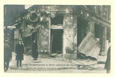 Novemberrevolution: Große Straßenkämpfe in Berlin während des Generalstreiks. Spuren der erbitterten Kämpfe an einem Goldwarengeschäft.
